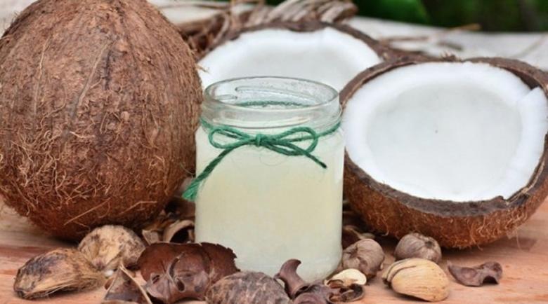 Какво става с косата ни, ако я мажем с кокосово масло