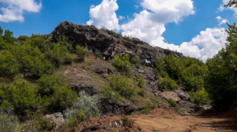 Родопското чудо: Капещият камък цери глухи и помага на бездетни