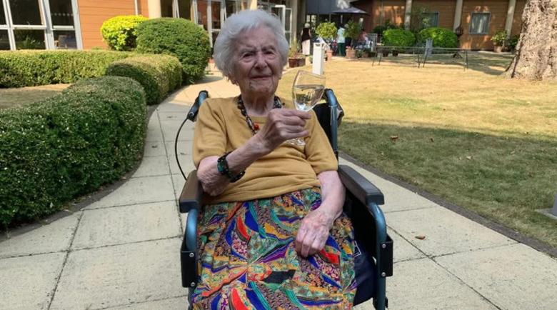 107-годишна британка, преборила COVID-19, разкрива тайните си за дълъг живот