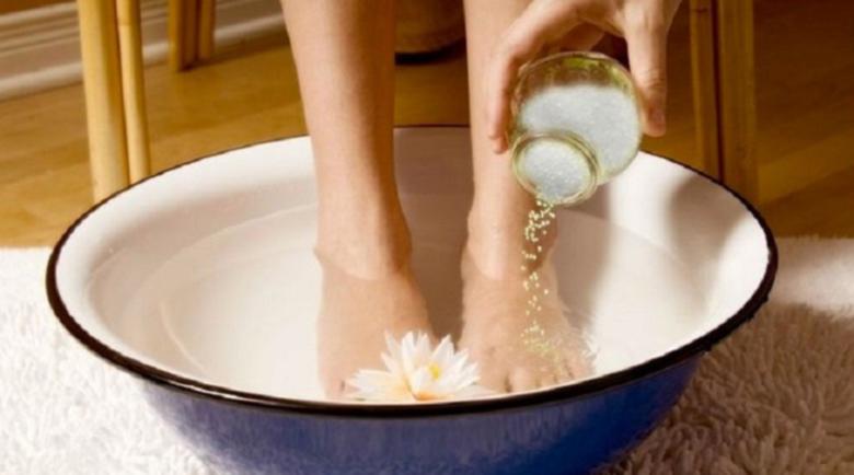 Малко вода и специална съставка против отеклите и уморени крака