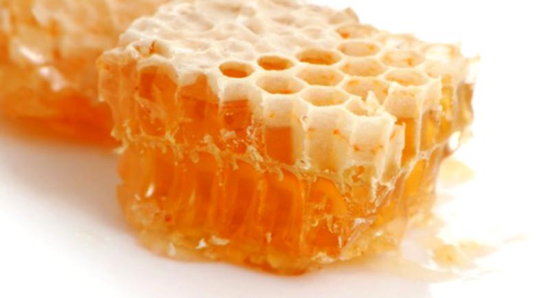 Парченце пчелен клей може да премахне кокошия трън