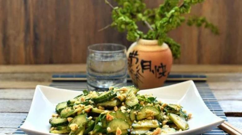 Китайци предупреждават: Не яжте краставици и фъстъци едновременно